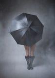 Fronte anonimo del pellame della ragazza con l'ombrello fotografie stock