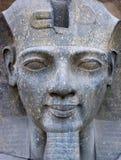 Fronte antico della statua dell'Egitto del primo piano del Pharaoh Immagine Stock