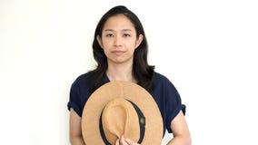 Fronte asiatico sveglio del pellame della donna dietro il cappello Introverso ed antisociale fotografia stock libera da diritti