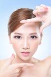 Fronte attraente della donna di cura di pelle Immagine Stock