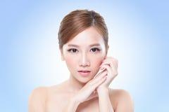 Fronte attraente della donna di cura di pelle Fotografie Stock Libere da Diritti