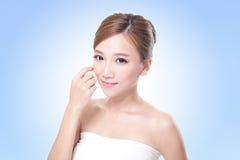 Fronte attraente della donna di cura di pelle Fotografia Stock