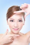 Fronte attraente della donna di cura di pelle Immagine Stock Libera da Diritti