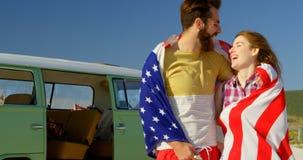 Fronte baciante della donna dell'uomo felice alla spiaggia un giorno soleggiato 4k archivi video