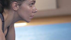 Fronte bagnato di una donna castana dopo un allenamento duro Sguardo in avanti Primo piano Movimento lento archivi video