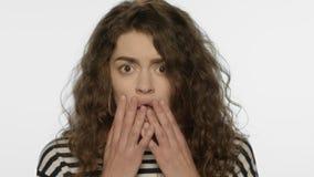 Fronte colpito della donna su fondo bianco Ritratto di emozione della ragazza di scossa stock footage