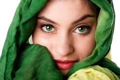 Fronte con gli occhi verdi e la sciarpa Fotografie Stock Libere da Diritti