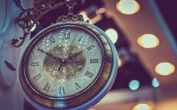 Fronte d'annata dell'orologio con il fondo di Bokeh fotografia stock libera da diritti