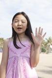 Fronte del dito asiatico di manifestazione della ragazza che funge da simbolico del numero Immagine Stock Libera da Diritti