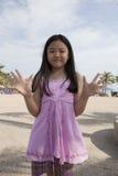 Fronte del dito asiatico di manifestazione della ragazza che funge da simbolico del numero Immagini Stock Libere da Diritti