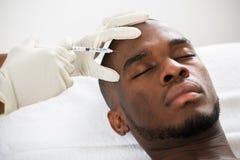 Fronte del giovane di Person Hand Injecting Syringe On Fotografia Stock