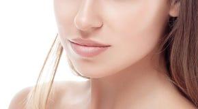 Fronte del mento del naso della giovane donna e del ritratto delle spalle con le labbra sexy Immagine Stock