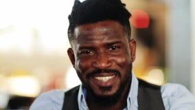 Fronte dell'uomo afroamericano sorridente felice stock footage