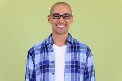 Fronte dell'uomo calvo bello felice dei pantaloni a vita bassa con sorridere degli occhiali fotografia stock libera da diritti