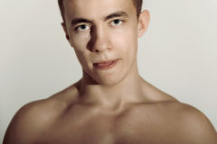 Fronte dell'uomo di sport con il torso nudo che mostra la sua lingua Immagini Stock