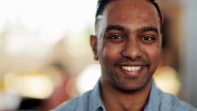 Fronte dell'uomo indù sorridente felice stock footage