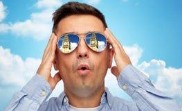 Fronte dell'uomo in occhiali da sole che esaminano la torre di Big Ben Fotografia Stock Libera da Diritti