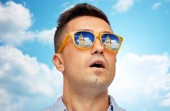 Fronte dell'uomo in occhiali da sole che esaminano la torre di Big Ben Fotografie Stock Libere da Diritti