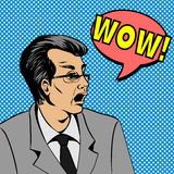 Fronte dell'uomo sorpreso Pop art della bolla di wow Illustrazione di uno stile comico, fumetto di Pop art dell'uomo Immagine Stock