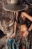Fronte della copertura della giovane donna di stile di Boho con il cappello Fotografia Stock Libera da Diritti