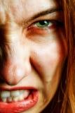 Fronte della donna arrabbiata con gli occhi spaventosi diabolici immagini stock libere da diritti