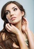 Fronte della donna con capelli ricci lunghi sui clo bianchi del fondo Fotografia Stock