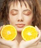 Fronte della donna con l'arancio sugoso fotografie stock