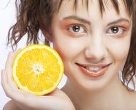 Fronte della donna con l'arancio sugoso fotografia stock