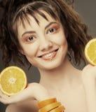 Fronte della donna con l'arancio sugoso immagini stock