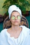 Fronte della donna con la mascherina del cetriolo Fotografia Stock