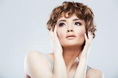Fronte della donna con stile di capelli fotografie stock