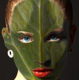 Fronte della donna con struttura e gli occhi azzurri della foglia Concetto di ecologia fotografia stock