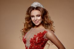 Fronte della donna di bellezza con i bei colori di trucco L'immagine della regina Capelli rossi, una corona sulla sua testa, chia fotografia stock libera da diritti