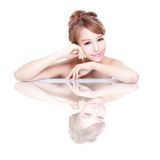 Fronte della donna di bellezza con la riflessione di specchio Fotografie Stock Libere da Diritti