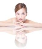 Fronte della donna di bellezza con la riflessione di specchio Immagini Stock
