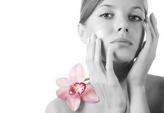 Fronte della donna e dell'orchidea Fotografia Stock