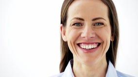 Fronte della donna invecchiata mezzo sorridente felice video d archivio
