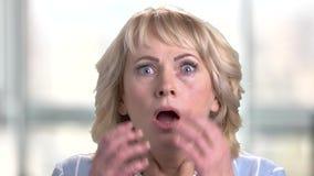 Fronte della donna terrorizzata colpita stock footage