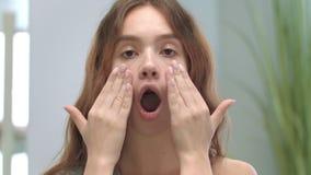 Fronte della giovane donna che fa massaggio di fronte Ragazza di modello che fa ginnastica mimica stock footage