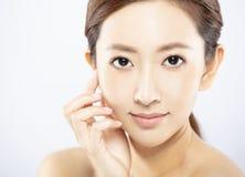 fronte della giovane donna con trucco e pelle pulita immagini stock