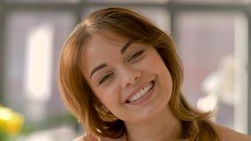 Fronte della giovane donna sorridente felice video d archivio