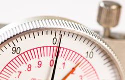 Fronte della manopola del compasso del primo piano con le mani Immagini Stock