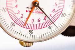 Fronte della manopola del compasso del primo piano con le mani Fotografia Stock Libera da Diritti