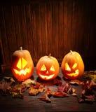 Fronte della zucca di Halloween delle lanterne di Jack o su fondo di legno Fotografie Stock