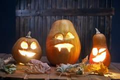 Fronte della zucca di Halloween delle lanterne di Jack o su fondo di legno Fotografie Stock Libere da Diritti