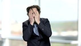 Fronte depresso disperato della copertura dell'uomo d'affari con le mani video d archivio