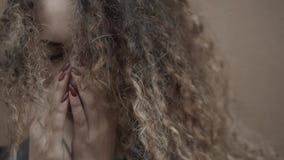 Fronte depresso in mani, giovane fine gridante della tenuta della donna della studentessa su, ritratto emozionale con gli strappi Fotografia Stock