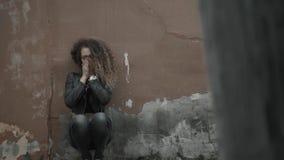 Fronte depresso in mani, giovane fine gridante della tenuta della donna della studentessa su, ritratto emozionale con gli strappi stock footage