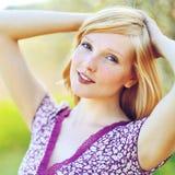 Fronte di bella bionda su una fine di giorno soleggiato su fotografie stock