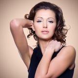 Fronte di bella donna adulta con i capelli ricci Fotografia Stock
